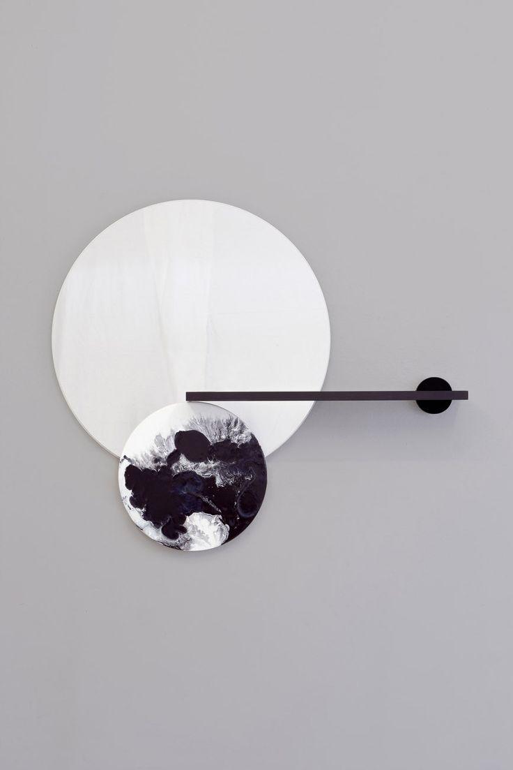 Elisa Strozyk est une jeune designer allemande qui vit et travaille à Berlin et qui a étudié le design à l'ENSAD de Paris.  Je vous présente aujourd'hui son dernier projet intitulé « Ceramic Surfaces Reflection » dans lequel elle s'approprie la technique ancestrale du vitrage en céramique. Les surfaces en céramique se confondent avec des surfaces fonctionnelles, comme des miroirs, des étagères ou du bois. Ces objets jouent sur la matière, le contraste et les effets visuels.