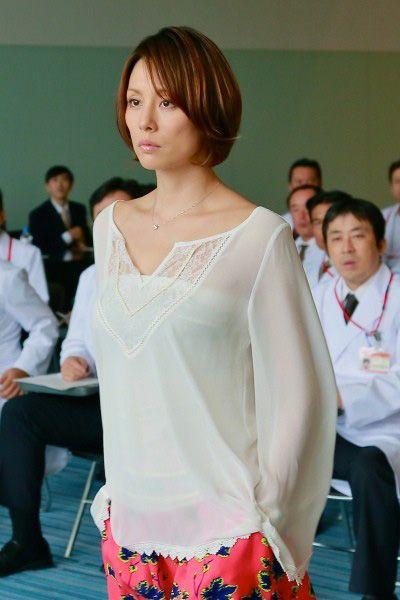 いつも、そのヘアスタイルが人気のある米倉涼子さん。 この10月から始まったテレビ朝日のドラマ「ドクターX、外科医・大門未知子」でも素敵なヘアスタイルを見せてくれています。 ウプスでも、またまたオーダーの高いヘアになっているので、このスタイルのポイントについて書いていきたいと思います。 ドクターXの第1作の時の米倉さんの髪型は、レイヤーの入ったミディアムスタイルでした。1年前のやはりこの時期に放送されていたのですが、この時のスタイルは写真の様な少し長めの髪型で前髪からサイドにかけての段が特徴的でした。 一年前の大門未知子↓ で、今年の大門未知子はあごラインでサッパリとカットしたボブスタイルです。↓ でも、ただのボブではありませんぞ!ボブの下のラインから約毛先3cmほど段を入れたレイヤーボブです。 レイヤーを毛先に入れる効果は、パツンとなる毛先に表情を出して見た雰囲気に軽さと動きを出す効果があります。 そして、レイヤーを入れることでスタイルに丸みも出せるので女性らしさも出す事が出来ます。 ボブに段が入ってないと、「おかっぱ」さんになるので、今はこういう感じで...