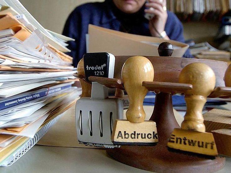 """""""Das kann nicht sein"""": Beamte fordern auch Rente mit 63 und Mütterrente - Gesetzliche Rente http://www.focus.de/finanzen/altersvorsorge/rente/ueber-jahrzehnte-hinweg-verschlechterungen-beamte-wollen-auch-rente-mit-63_id_4368603.html"""