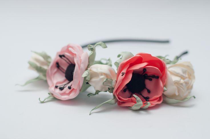Ободок состоит из анемон розово-кораллового цвета, нежно-розового и бутонов роз кремового оттенка. #flos #цветы #аксессуары #украшения #для_волос #ободок #с_цветами #анемона #роза #бутон_розы #из_ткани #ручной_работы #handmade