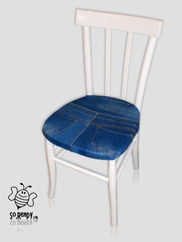 Trasformazione di una vecchia sedia in legno. #soreadystyle #upcycle #arredo #design #ecodesign #jeans - di So.Ready Lab -  soreadylab.etsy.com