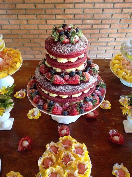 Red Velvet  Massa original  Recheio brigadeiro branco com coulis de frutas vermelhas e morangos picados  Decorado com frutas vermelhas
