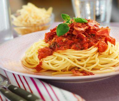 Mustig pastasås med lök, vitlök, tomatpuré, krossade tomater och oregano. Du serverar tomatsåsen till pasta och toppar med knaperstekt bacon. Ett gott bröd och en sallad passar utmärkt till maten.