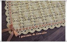 Realizziamo insieme questa delicata copertina a uncinetto con maglie alte e petali Cliccate sulla foto per le spiegazioni e lo schema.