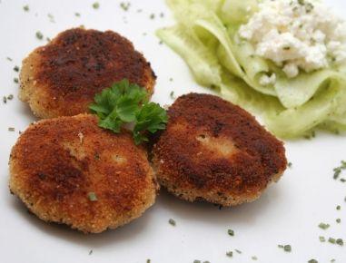 Für die Fischlaibchen dasFischfilet faschieren oder klein hacken, Zwiebel in Butter glasig anschwitzen, Brot mit Obers abmischen, alle Zutaten