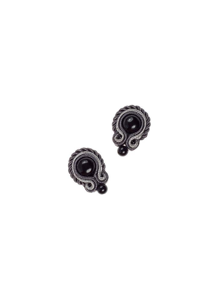 Basic Black - Drobne i uniwersalne kolczyki z onyksem w środku i ozdobną kulką z onyksu. Otoczone ciemno- i jasnoszarym sznurkiem soutache oraz sznurkiem skręcanym.  Biżuteria została wykończona z tyłu naturalną skórką i zaimpregnowana. Sztyfty srebrne. Mogą stanowić dopełnienie każdej stylizacji.  Długość 2cm, w najszerszym miejscu 1,5cm.