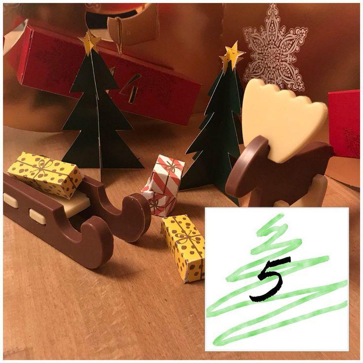 De chocola van de Winterworld is om je vingers bij af te likken. Zorg wel dat je eerst je handen wast, anders eet je lijm van het priegelige plakwerk! Blogmas dag 5, lees meer op www.addellen.nl