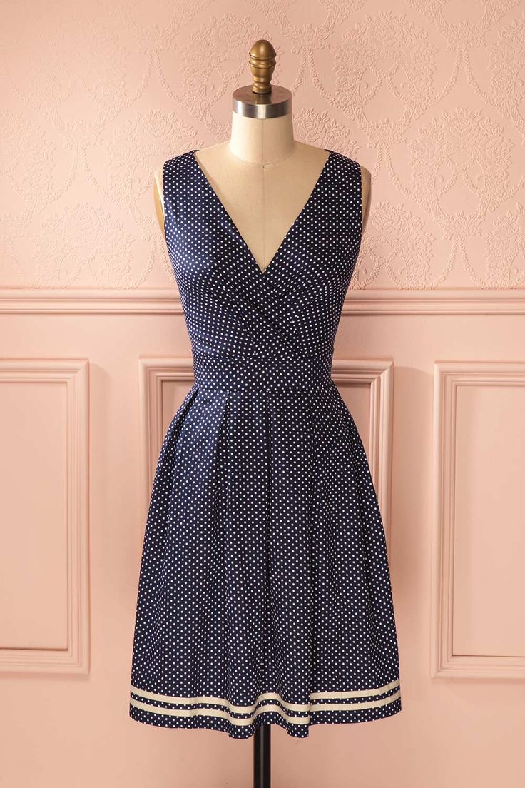 San Francisco avait, dans les années 1950, un charme incomparable. In the 1950s, San Francisco had a unique charm. Navy blue polkadot retro midi wrap dress www.1861.ca
