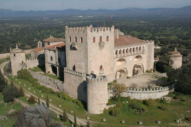 CASTILLO DE PIEDRABUENA Construcción que desde hace siglos forma parte de la línea defensiva frente a la frontera de Portugal, fue de gran importancia para la Orden de Alcántara y hoy en día se trata de un lugar habitable y muy bien conservado.