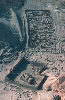 Deir el-Medina (Thèbes-Ouest, Égypte), Habitations de l'Égypte antique (à l'épo que, 18e–20e dynastie, vivaient là les cent vingt familles, environ, des ouvriers construisant les tombes de la Vallée des Rois). Vue sur Deir el-Medina et le temple de Ptolémée. Vue aérienne, 2002.
