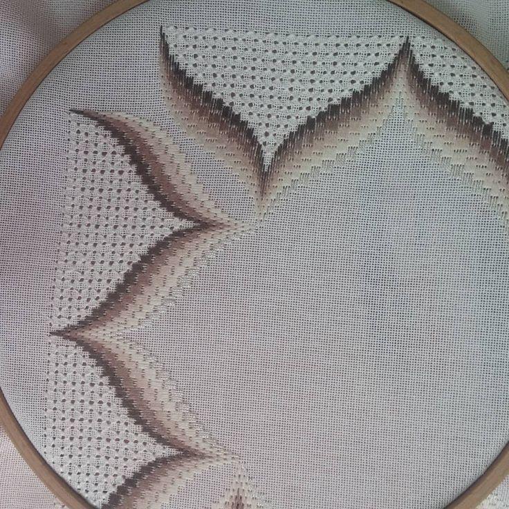 Bargello ve antika birarada, kursiyer fatma hanımın çalışması, ellerine sağlık arkadaşımın. Bargello embroidery (table runner)#crosstitch #handmade #kurs#Komek #kreuzstich #Instgram #muhteşem #renkli #buntlich #handarbeit