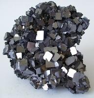 La galena, o PbS es un mineral del que es económicamente viable obtener Plomo metálico. En México cobra mayor importancia porque normalmente en sus yacimientos encontramos mucha plata. Literal.: Amazing Minerals, Gemstones Chrystals, Minerals And Rocks, Rocks Gems, Mineral Del, Awesome Rocks, Minerals Gemstones, La Galena