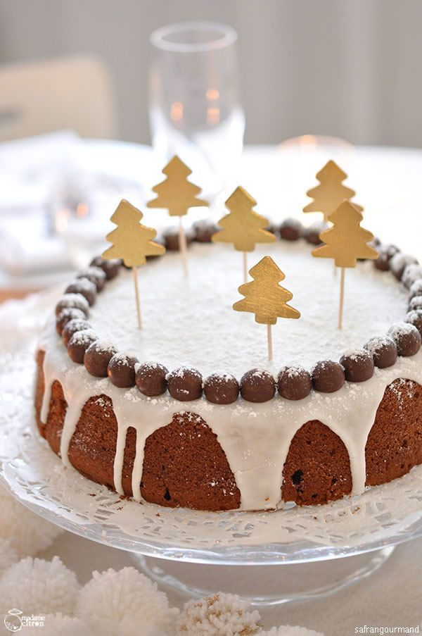 Pour un air royal, on retient l'idée de couronner un basique gâteau rond (ici gâteau aux épices) d'un glaçage et de créer un diadème avec des billes ...