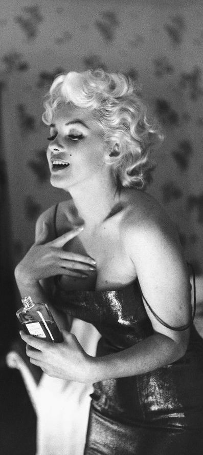 Seductive Marilyn and Chanel Nº5, NYC, 1955 // Ed Feingersh                                                                                                                                                     Mehr