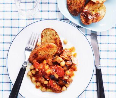 Matig, nyttig och mustig är denna värmande höstgryta med kyckling och kikärtor. Kryddorna, timjan och rosmarin, för tankarna till Provence.  Perfekt kycklinggryta för hela familjen. Gör den helt vegetarisk med bara bönor och kikärtor om du vill.