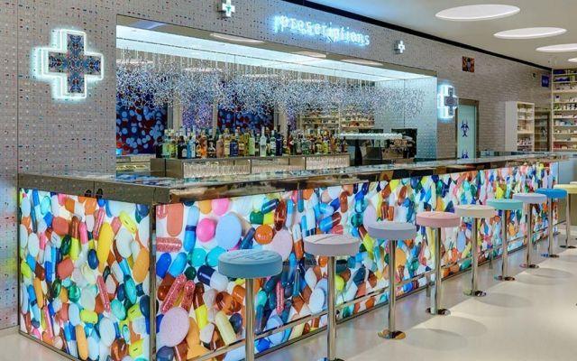 Aperto Pharmacy2, il ristorante di Damien Hirst Ha aperto da poche settimane Pharmacy2, il ristorante-farmacia di Damien Hirst a Vauxhall nella Newport Street Gallery a Londra. Il menu è stato realizzato con lo chef Mark Hix e all'interno del loca #pharmacy2 #damienhirst