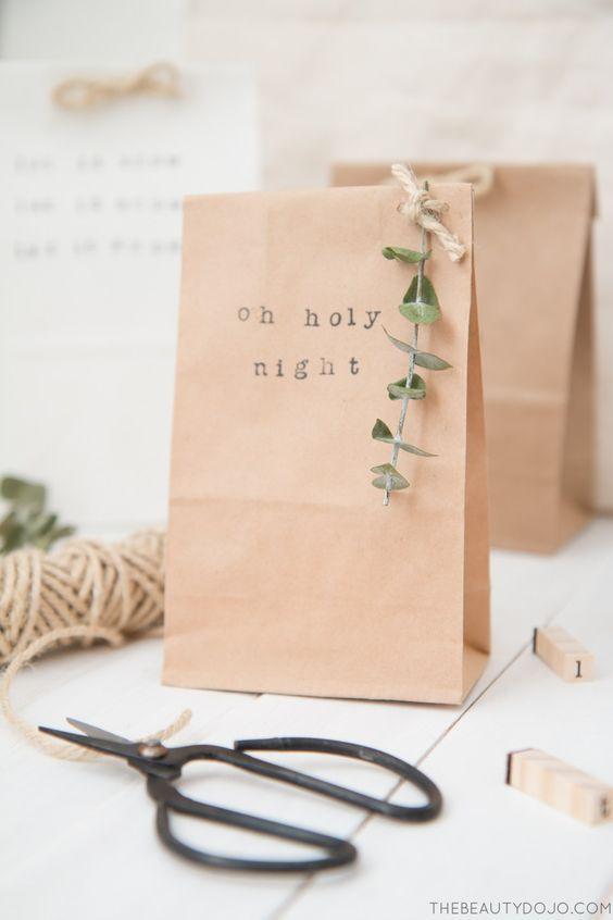 Une belle idée pour personnaliser des sacs en papier kraft et emballer ses cadeaux de Noël à moindre coût avec de la ficelle, du feuillage de saison  et des tampons #DIY #cadeau #noel