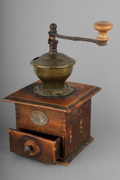 Forssan museo. Puusta, raudasta ja messingistä valmistettu kahvimylly. Mylly on nelikulmainen puulaatikko, jonka päällä on messinkinen suppilo/pesä, jossa on rautainen, puunupillinen kampi. Kampi pyörittää terää, joka jahaa pesään kaadetut kahvipavut. Jauhettu kahvi otetaan talteen puulatikon pohjaosassa olevasta vetolaatikosta, joka on varustettu messinkisellä nupilla.