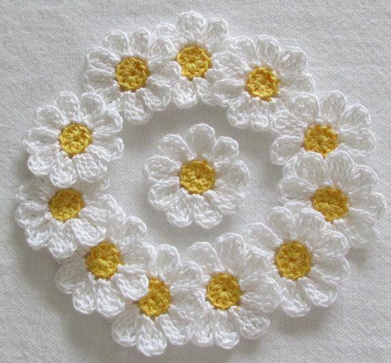 Pequeñas flores de Crochet blanco amarillo por IreneStitches