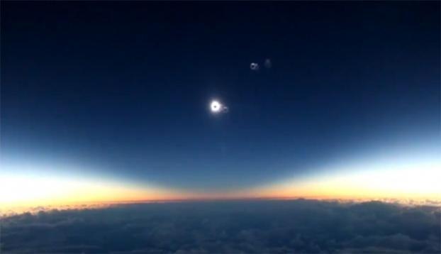 Uçakta 'güneş tutulması' keyfi - Güneş tutulması, Hawaii uçağındaki yolcular tarafından anbean görüntülendi