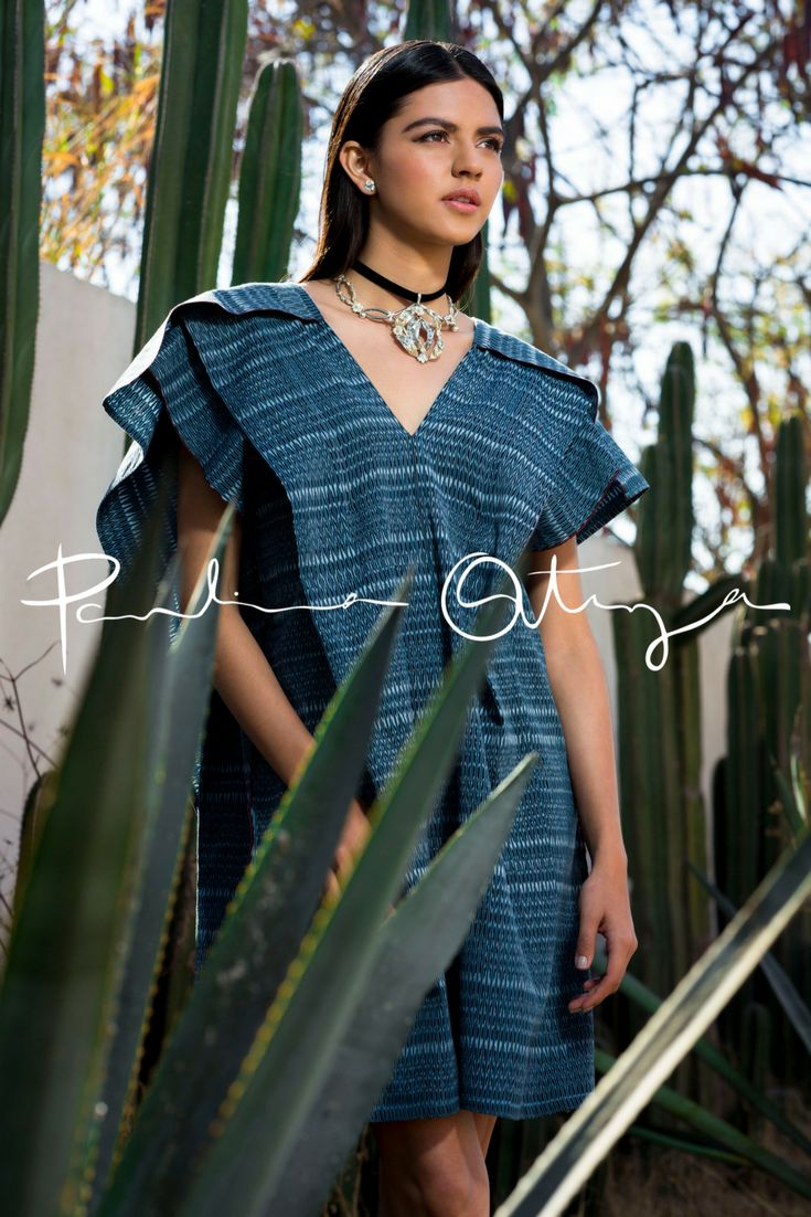 """Vestido Yaakun colección MEXICAN de Paulina Ortega Yaakun significa """"ENAMORAR"""" en lengua maya. Enamora a todos con este vestido realizado a partir de dos rebozos tejidos de manera artesanal en telar de pedal. Corte recto con pliegues y capa en la parte trasera."""
