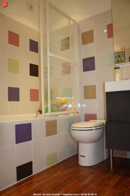 Création intégrale d'une salle de bain avec un mélange de couleurs du carrelage et un sol en parquet Teck.