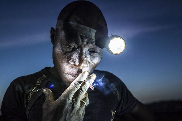 MATJAZ KRIVIC (Slovénie), 2ème prix catégorie Populations (image seule). Un mineur fume une cigarette avant de retourner travailler, dans la mine de Bani, au Burkina Faso, le 20 novembre 2015. / World Press Photo / Matjaz Krivic / Keystone