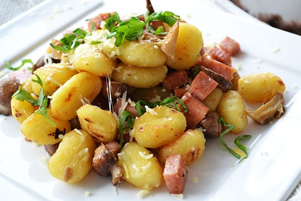 gebakken gnocchi || gnocchi, achterham, paddenstoelenmelange, geraspte kaas, verse basilicum, peper en zout, olijfolie, boter