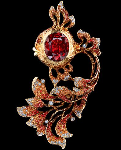 Jewellery Theatre Fairy Tales Brooch in 18K yellow gold with diamonds, light orange sapphires, dark orange sapphires, and one 13,92 ct sapphire