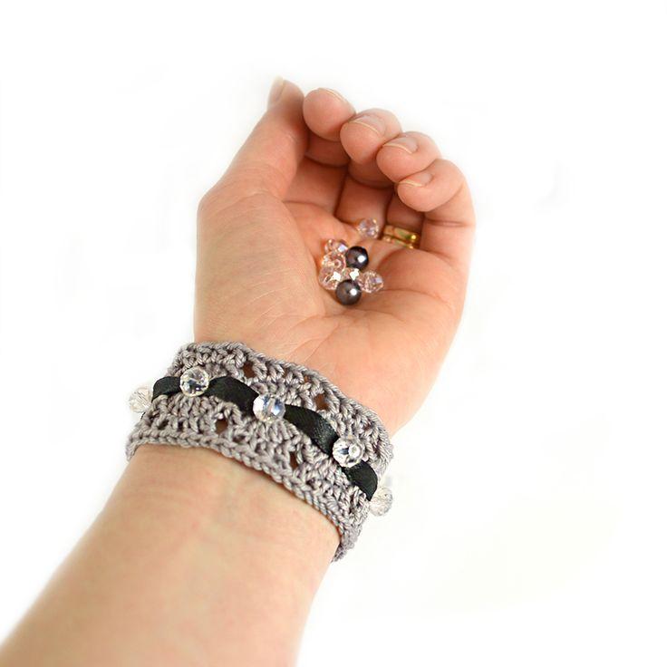 Idag bjuder vipå ett fint litet armband som du kan dekorera efter eget tycke och smak.. Med garn, pärlor, band och spänne skapar du enkelt ett personligt smycke att bära …