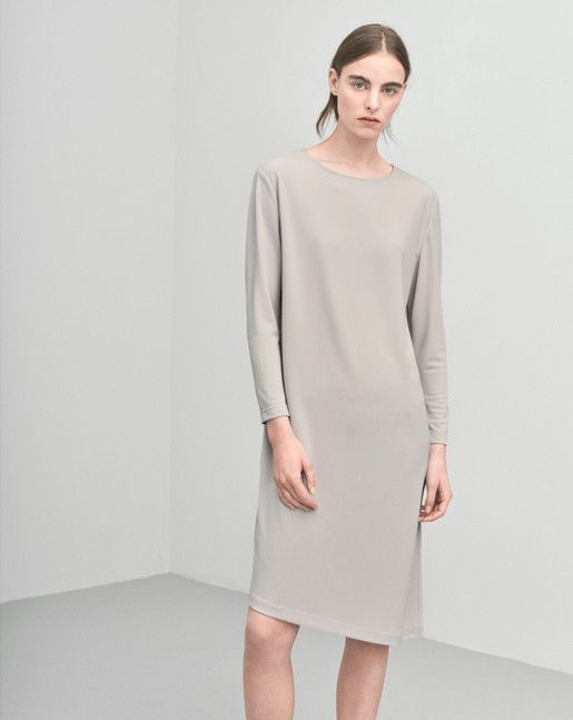 Clean tunic style dress with an asymmetric hemline. Knee length with long slim sleeves.  <br><br> - Asymmetric bottom<br> - Knee length<br> - Slim sleeves<br><br>  The model is 179cm and wears size S.