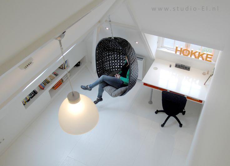 """studio-EI  --  zolder3  Ontwerp kinderkamer: compleet wit met 1 """"schil"""" van Graffiti. Bureau en kasten op maat."""