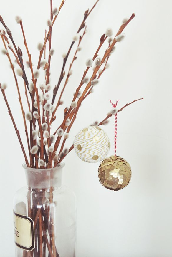 Bonjour ! Voici 20 DIY (do it yourself =à faire soi-même) boules de Noël. Quelles seront les vôtres ?  1 - Des boules de noël avec des morceaux de CD