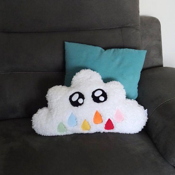 Coussin kawaii nuage blanc. En tissu imitation peau de mouton. Yeux en polaire. Il mesure 30 x 50 cm. Coussin en fausse fourrure, rembourrage synthétique. Lavable à 30° en programme délicat (faible essorage). Séchage à plat (possibilité de terminer le séchage en machine en mode délicat). Les couleurs originales peuvent varier légèrement des couleurs affichées sur lécran. Les coussins kawaii sont réalisables dans différents coloris et différentes tailles. Ils sont aussi personnalisables…