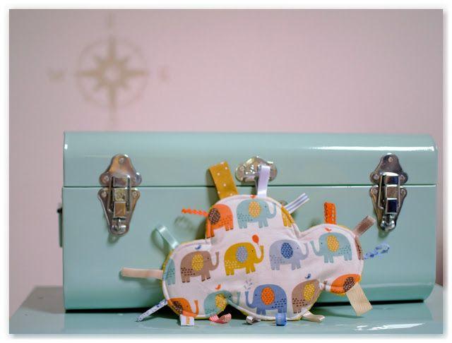 Réassort doudous étiquettes nuage : version scandinave et minkee gris clair, et éléphants multicolores et mineke moutarde.