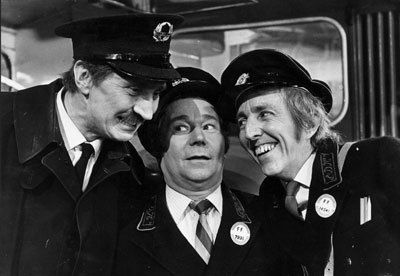 Mennään bussilla -srajan päätähdet Stephen Lewis, Reg Varney (kesk.) ja Bob Grant.