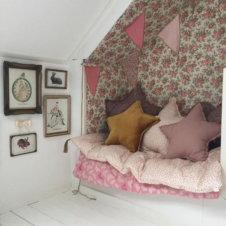 「När jag var liten hade vi en DUX-soffa i nästa exakt samma tyg och färg som guldstjärnan i Linnéas rum! Så synd att vi inte har den kvar nu  #flickrum…」