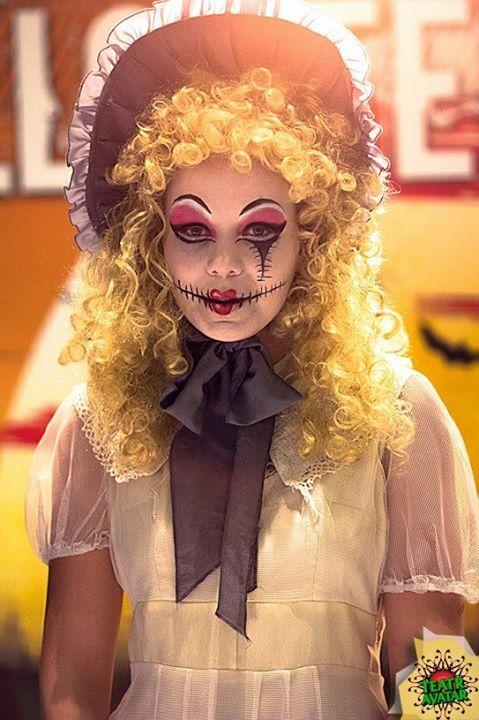 Masakryczne oblicze lalki na Halloween. Lalka szyta pędzlem i farbami.