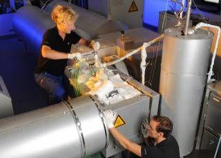 Diese Speicher sind in der Lage, große Mengen an Wärme in Form von chemischer Energie aufzunehmen. Aus dem Alltag bekannt ist eine solche Reaktion z.B. beim Ablöschen von Kalk.