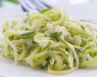 Spaghetti de courgettes au citron et basilic : http://www.fourchette-et-bikini.fr/recettes/recettes-minceur/spaghetti-de-courgettes-au-citron-et-basilic.html