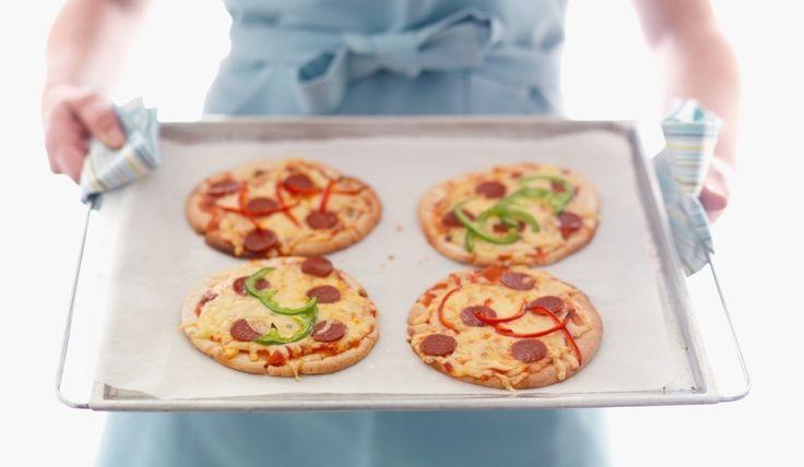 Pitapizza lager du raskt av pitabrød, kjøttdeig, tacosaus, revet ost og paprika.
