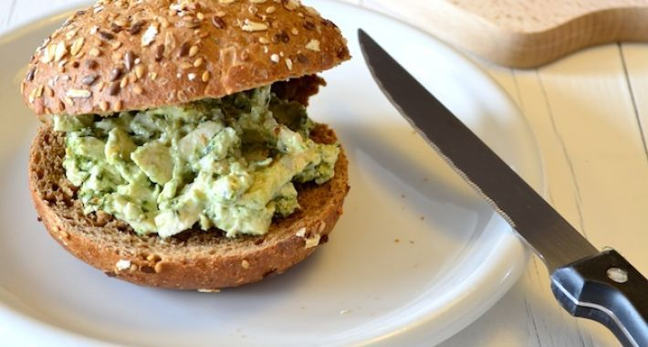 Kip pesto salade is heerlijk op een broodje of een toastje en je kunt het heel gemakkelijk zelf maken.