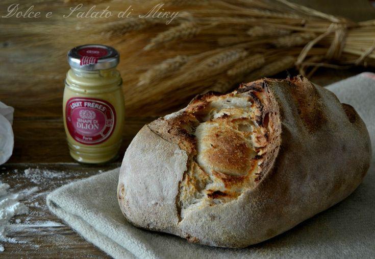 Pane con senape e birra scura, rigorosamente con lievito madre, un pane rustico dal gusto intenso, soffice ma con crosta croccante.