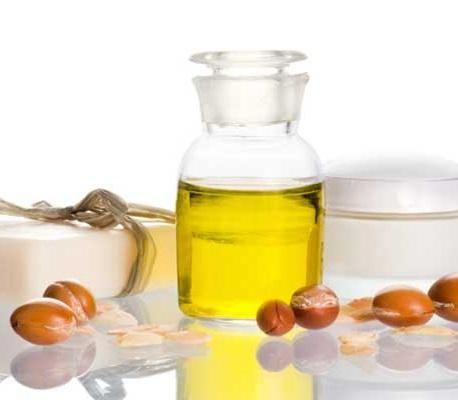Como fazer uma máscara de óleo de argan para a pele. O óleo de argan é, atualmente, um dos ingredientes naturais preferidos no campo da cosmetologia, devido aos seus inúmeros benefícios para a a saúde e aparência. Existem já várias marcas que o comercia...