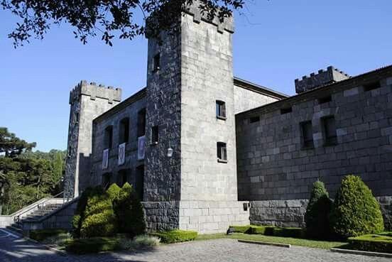 O Castelo Lacave é o resultado de um sonho do empreendedor uruguaio Juan Carrau, que seguiu uma planta original de um Castelo Medieval espanhol do século XI.  Seu objetivo era montar ali uma vinícola e elaborar vinhos finos, e essa tradição é mantida até hoje.A construção do castelo iniciou em 1968 e durou 10 anos.