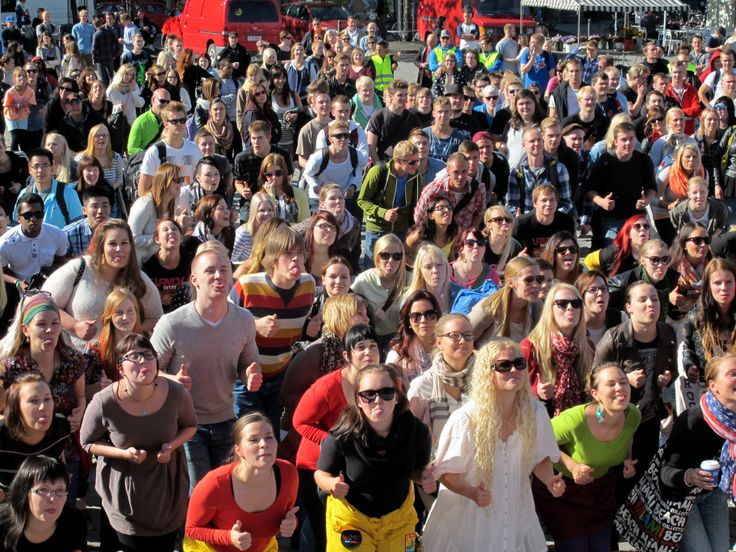 VAMK students celebrate the new academic year at Vaasa market square.