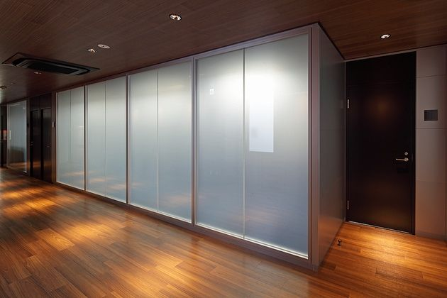 ツインバード工業株式会社様の納入事例/【マジックスクリーンガラスパーティション】スイッチ一つでガラスが曇る「MGP(オカムラ製)」を採用したガラス間仕切り。