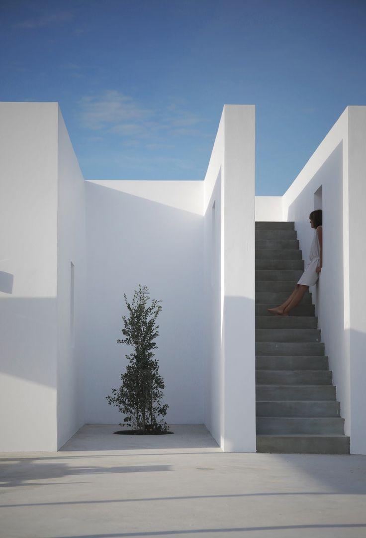 Бетонная лестница на верхнюю террасу в доме на склоне горы