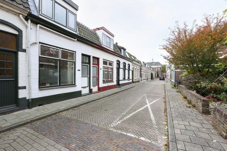 Makelaardij Van Brussel Concordiastraat 22 www.concordiastraat22.nl Een in een rustige straat gelegen vooroorlogse tussenwoning met 2 ruime slaapkamers en een zonnige tuin. De nette afwerking, de sfeer in de woning en de centrale ligging zijn bijzondere kenmerken van deze woning. Op loopafstand van het centrum van Alphen aan den Rijn. Uitvalswegen richting de N11 en N207 zijn in de nabije omgeving.