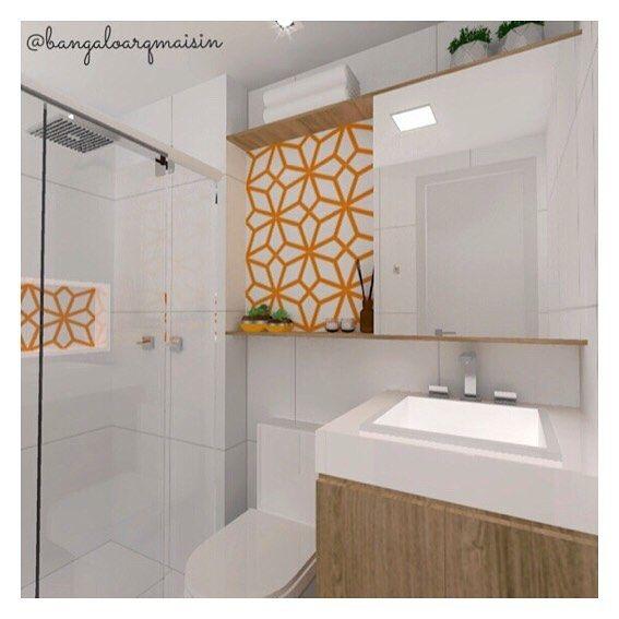 {Projeto + 3D ↠ Bangalô arq+in} . Revestimento branco pra deixar esse banheiro que não possui janela mais claro e toques de madeira e amarelo pra dar uma aquecida/alegrada no ambiente! 🚿💛 . #bangalôarqmaisin #projetobangalôarqmaisin #banheiro #bathroom #3D #azulejo